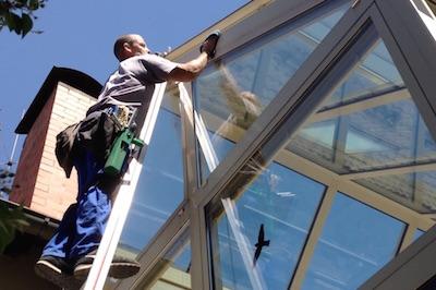 Fensterreiniger auf Leiter https://fensterputzererlangen.de/wintergartenreinigung Forcheim Hessdorf