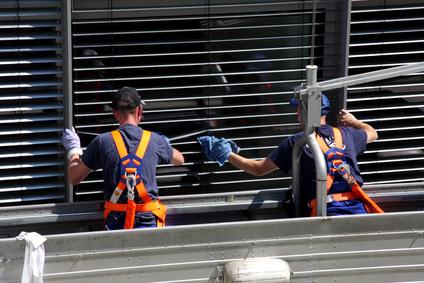 zwei fensterputzer erlangen beim rolladenreinigung mit arbeitsbuhne https://fensterputzererlangen.de herzogenaurach