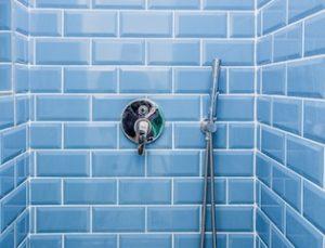 blaue bade-fliesen in duschkabine erlangen reinigung badefliesen https://fensterputzererlangen.de